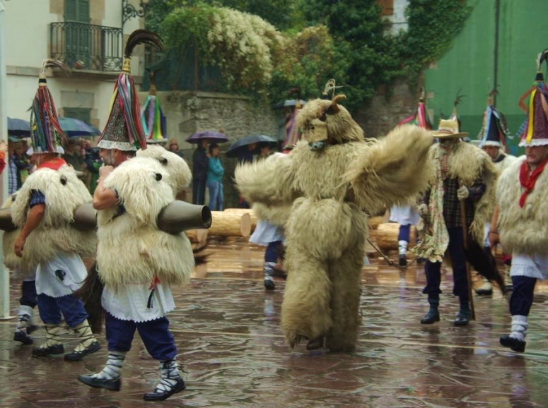 bears-in-the-plaza-during-the-ituren-carnivals
